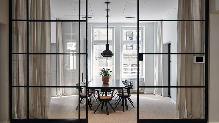 """Diseñador finés crea espacio de trabajo """"elegante, humano y no convencional"""" con mobiliario y luminarias de #Artek. (via #Dezeen) https://www.dezeen.com/?p=1142949"""