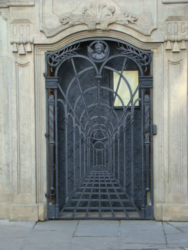 Magnifique grille vue  Cracovie Fer forg   jardin  Door gate design Iron doors et Metal