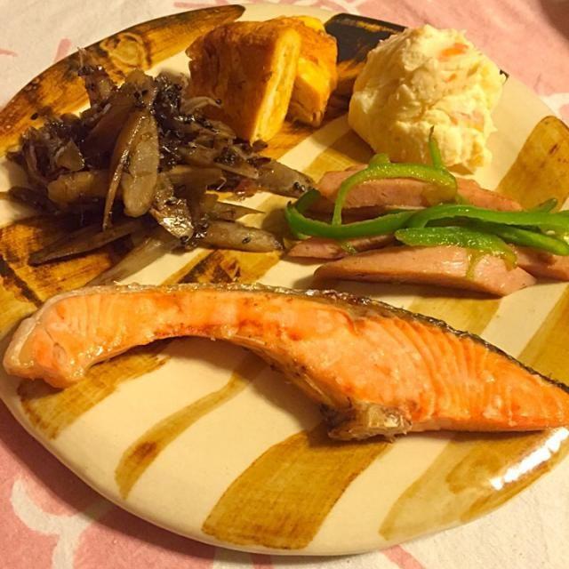 塩鮭 ピーマンと魚肉ソーセージの中華風焼肉のタレ炒め 卵焼きの端っこ ポテサラ キンピラごぼう  あと大根と水菜のおすまし ごはん - 46件のもぐもぐ - 旦那様のお弁当オカズで母娘の朝ごはん1/23 by さくたえ