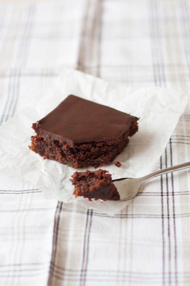 Esse bolo de chocolate fácil, perigosamente fácil, é o melhor bolo de chocolate…