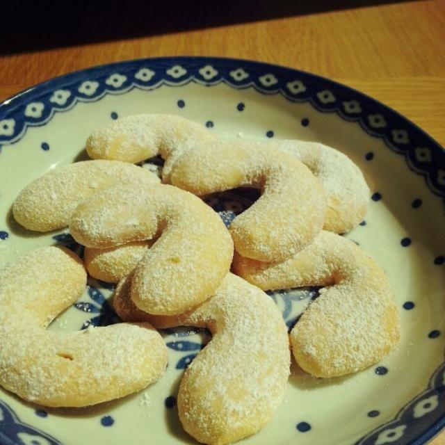 そー言えば私の大事な藤野真紀子さんの本にも 「ホロホロ三日月クッキー」でキッフェルンが!!! ともえさんのレシピもさくさくで美味しかったし これも試してみようとホワイトデーのプレゼントに添える事に~~ ミルクと卵黄が入るので口の中でホロホロ溶けてしまうような優しい食感でした~~~(*^^*) - 44件のもぐもぐ - 今日はホロホロでキッフェルン♪ by miwakichi555