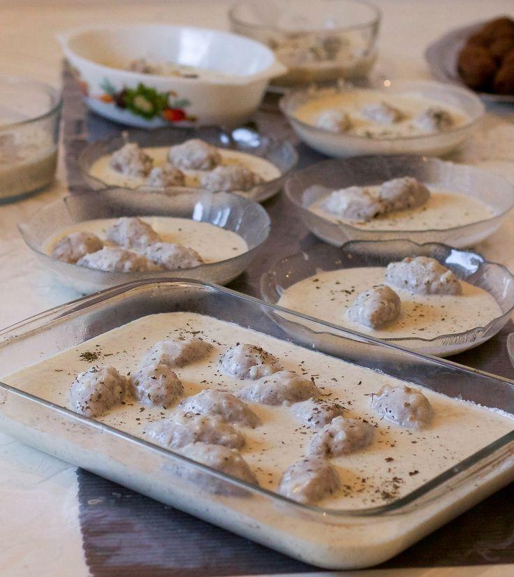 """Kibbelabanieh (kibbe bi laban)tillagad av min älskade mamma. Jag stod redo med kameran bredvid henne när hon lagade denna rätt och skrev ner allt hon gjorde. Underbart att kunna dela med mig recept på denna klassiker till er läsare. Kibbe labaniehär en mycket omtyckt rätt i Libanon, Syrien och Palestina. Kebbe är en """"bulgurdeg""""som fylls med köttfärs. De skulle kunna beskrivas som Mellanösterns svar på kroppkakor. Man kan antingen fritera kebben eller koka upp dem i yoghurtsås. Här får de…"""
