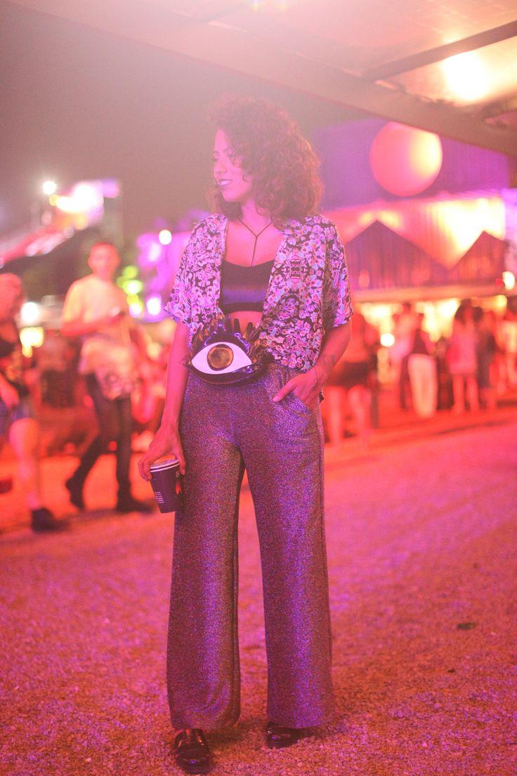 batom investigator MAC, sutiã Michelle lingerie, bustiê Karamello, blusa Quim pra Garimppo, pochete Poch.me, calça Rue, sandália Petite Jolie