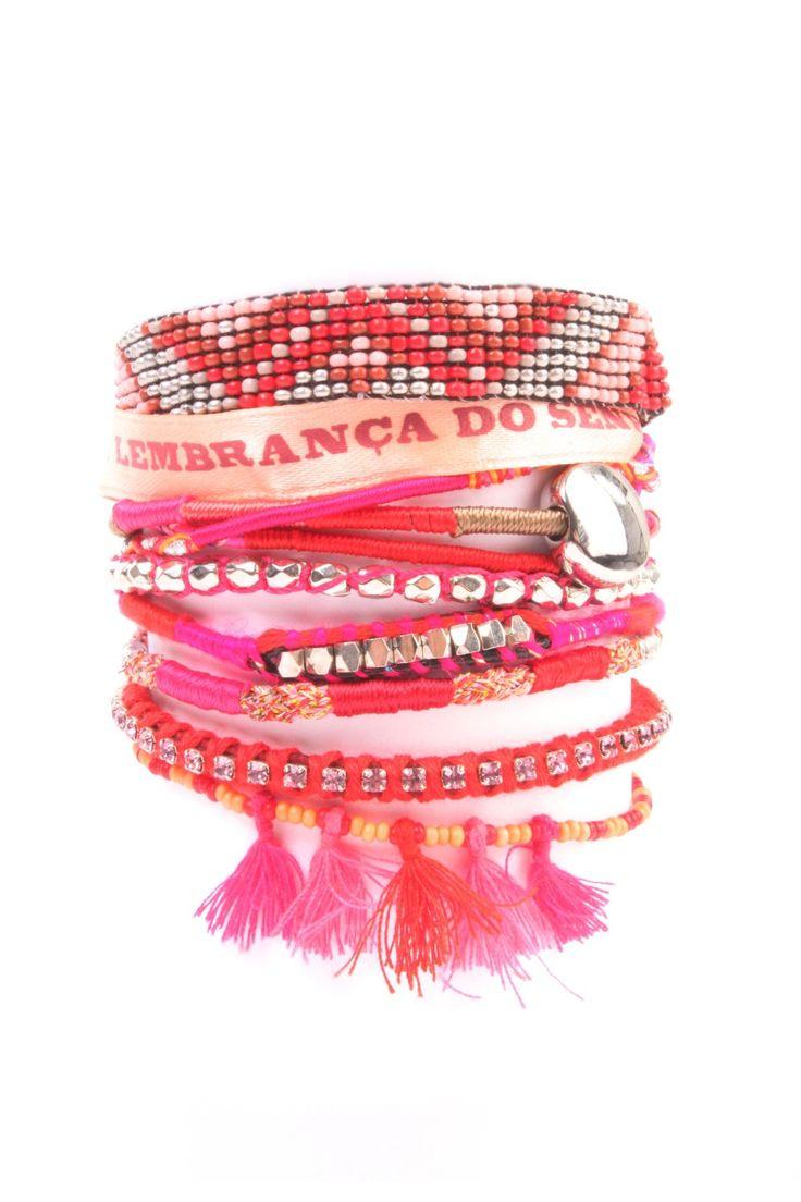 Nieuw bij Bloom zijn deze handgemaakte armbanden van Hipanema. In deze bracelets zit tussen de 30 en 37 uur werk. Het vernuft zit hem in het feit dat het losse armbanden zijn die bijeen worden gehouden door 1 centrale sluiting. Lengte van de banden zijn 1