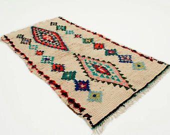 ❘❘❙❙❚❚ UITVERKOOP ❚❚❙❙❘❘  MAROKKAANSE RUG OURIKA A17  Prachtige vintage Marokkaanse Ourika tapijt, handgemaakt in Marokko door vrouwen uit de Ourika valei. De echte oude vintage Ourika tapijten zijn moeilijk te vinden omdat ze minder krijgen. Dit tapijt is gemaakt in de jaren 60 dus echt vintage maar in zeer goede staat.  Fleuren uw huis met deze mooie uniek stuk.  Al de karpetten die wij verkopen zijn onszelf in Marokko geselecteerd. Om u te bieden de mooiste vintage tapijten in goede…