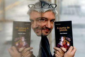 Fran Alonso: «A literatura está en nós: todos temos unha historia que contar». Xesús Fraga publica na contraportada de La Voz de Galicia unha entrevista con Fran Alonso centrada na súa novela A punta de pistola. (Foto de M. Moralejo) Tamén en: http://blog.xerais.es/2012/fran-alonso-a-literatura-esta-en-nos-todos-temos-unha-historia-que-contar-entrevista-de-xesus-fraga-sobre-a-punta-de-pistola ou http://blog.xerais.es/wp-content/uploads/2012/11/Entrevista-Fran-Alonso-por-Xesus-Fraga.pdf