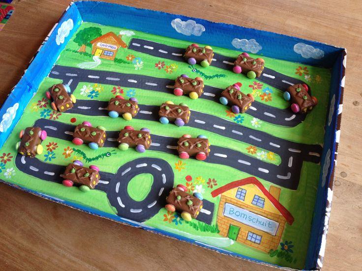 Afscheids-Traktatie van Floris: de autootjes rijden van de ene groep naar de andere groep...