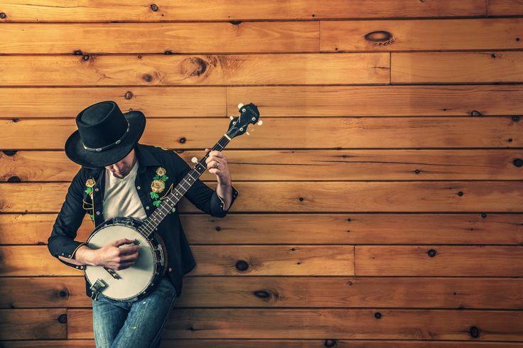 Il cantautore Jimmy Cloves con il banjo
