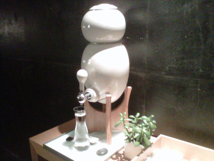 Amis spa manager, servez à vos clients de l'eau pure et fraîche avec une fontaine à eau au design naturel.