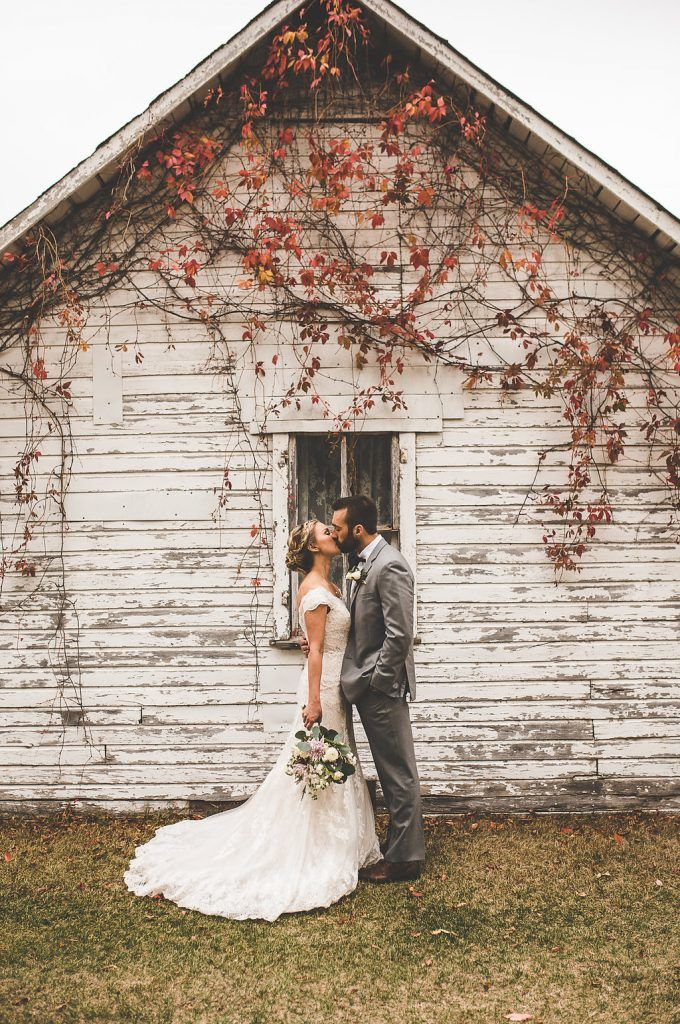 Outdoor Vintage Fall Wedding in Steinbach Manitoba. Photo by Xandra Photography #vintagewedding