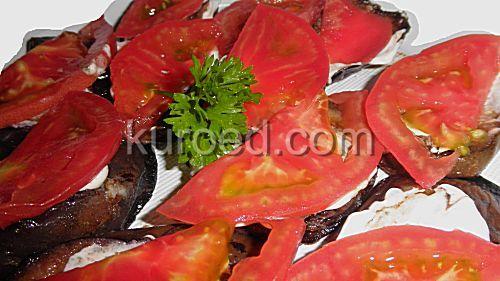Жареные баклажаны с чесноком, моцареллой и помидорами