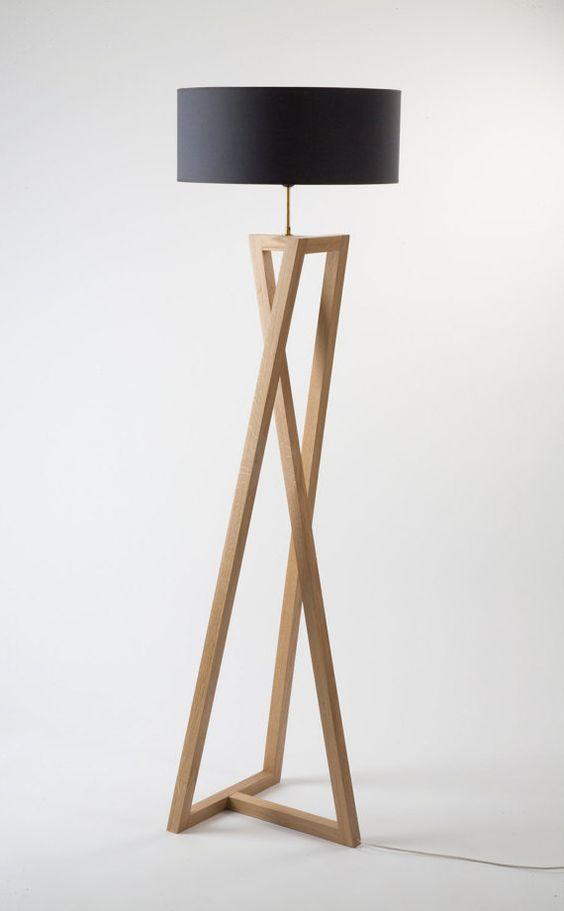 Lampadaire Chêne massif, laiton, abat jour personnalisable Dim. 180 x 48 x 48 cm Interrupteur au sol © photo : François Golfier: