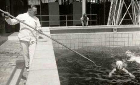 Zwemles. Die verdraaide haak beangstigde mij. Vooral die strenge badmeester die geen geduld had was erg.