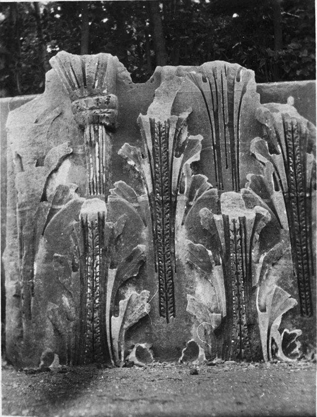 Gertrude Bell Archive (Newcastle University) frammento di capitello di lesena dal tempio di Serapide sul Quirinale nei giardini Colonna (1910)