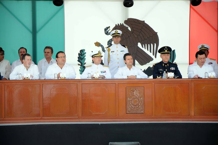 En el 99 aniversario de la defensa heroica del puerto de Veracruz, el presidente Enrique Peña Nieto presidió, acompañado por el gobernador Javier Duarte de Ochoa, la ceremonia de Jura de Bandera de los Cadetes de Primer Año de la Heroica Escuela Naval Militar.
