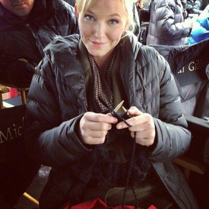 Kelli Giddish AKA Det. Amanda Rollins, knitting!
