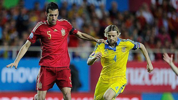 Ucrania se juega este lunes (1:45pm hora peruana / ESPN) la clasificación directa a la Eurocopa 2016 o la repesca ante la vigente campeona España, clasificada matemáticamente como primera de grupo, en la que Vicente Del Bosque realizará pruebas y podría hacer debutar a Sergio Rico, Mario Gaspar y Xabier Etxeita. Octubre 12, 2015.