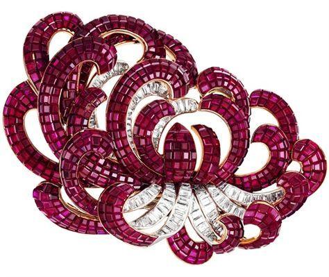 Van Cleef & Arpels  Clip Chrysanthème, Paris, 1937. Gold, platinum, rubies Serti Mystérieux, diamonds. © Patrick Gries