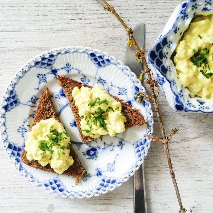 Æggesalat som er sund og nem at lave. Denne æggesalat er med karry og hytteost, og passer perfekt til madpakken eller til weekendfrokost.