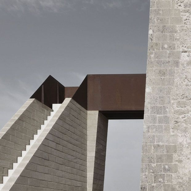 La scala in pietra e il ponte in acciaio Corten