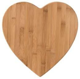 Auch bei Haushaltsgegenständen und Deko gibt es einen Trend zurück zu natürlichen Materialien, wie dieses Bambusherz Brett von Räder Wohnzubehör.