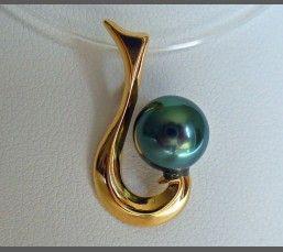 Tikehau, pendentif hameçon en or jaune 18 carats et perle de Tahiti