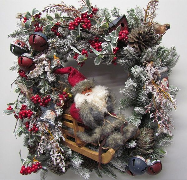 Santa hits the slopes, tell a story using a square wreath as a picture frame. Miss Haberdash.