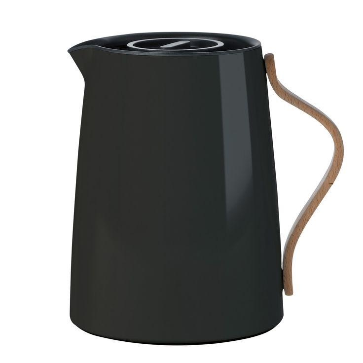 Emma Serie  Emma ist die neue Serie von stelton für den Kaffee- und Teetisch. Sie vermittelt einen Hauch von Retro und ist modernes, innovatives Design für die Verwendung im Alltag. Die Emma Serie ist ein Teil von steltons...