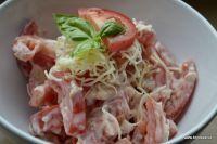 Ukrajinský salátNa salát si připravte větší rajčata, stroužky česneku, na jedno rajče jeden stroužek česneku, majonézu nebo zakys (1 lžička na 1 rajče) a strouhaný sýr.