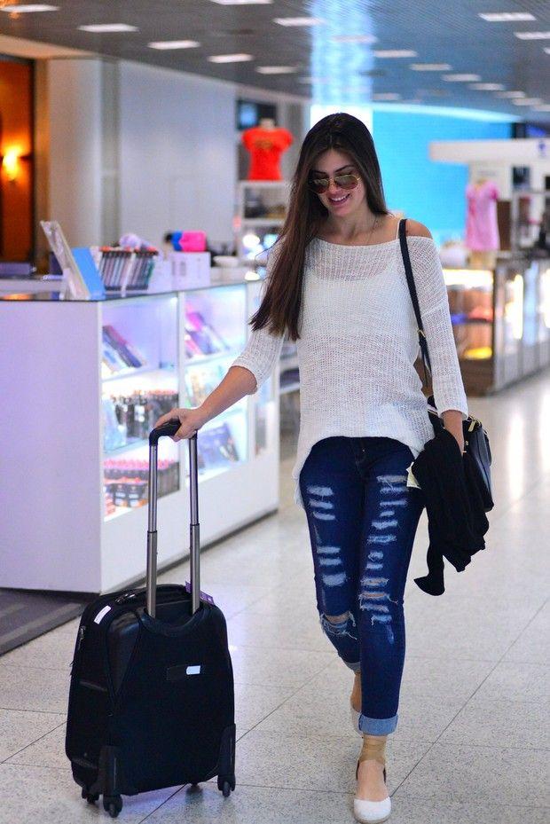 Camila Queiroz manda beijinho para fotógrafo em aeroporto
