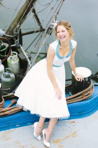 noni 2015 50er Jahre Hochzeitskleid mit Bubikragen in Blau, Knopfleiste, Schuhclips und Armband in Blau (www.noni-mode.de - Foto: Le Hai Linh)