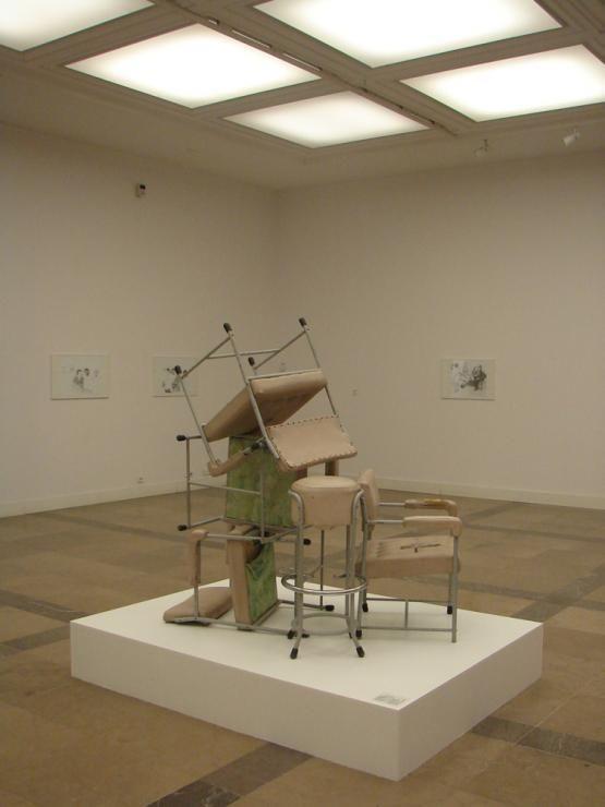 Instalacja Pauliny Ołowskiej wykonana z mebli zaprojektowanych dla dawnej kawiarni MNK (projekt mebli: L. Pędziałek) 2011, fot. D. Kuryłek.