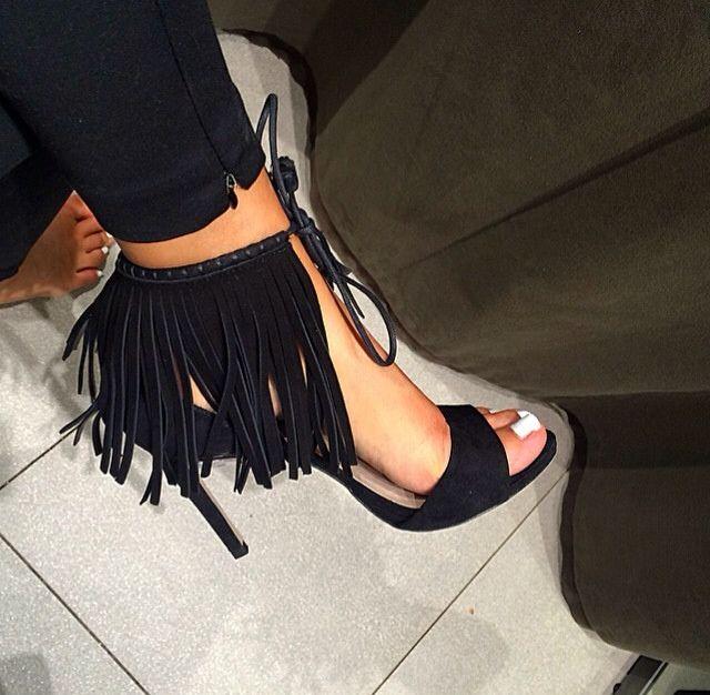 Escarpins noirs à franges. -