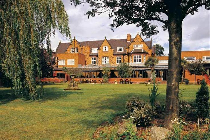 Discount 4* Chester Spa & 2-Course Dinner & Drink @ Pizza Express for just £89.00 Enjoy an overnight break in beautiful Chester.  Stay at the Brook Mollington Banastre Hotel & Spa and enjoy full access to the luxurious spa facilties.  Each comfortable en-suite twin or double bedroom offers a flat-screen TV, Wi-Fi and hospitality tray.  Includes breakfast and a mouth-watering two-course dinner...