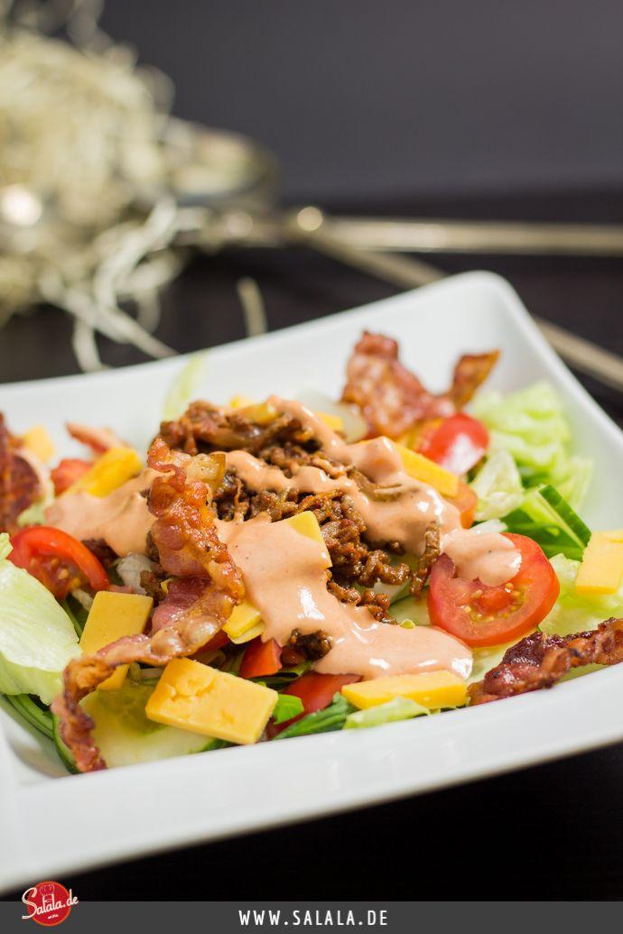 Den Big Mac Salat zubereiten kann wirklich jeder. Hackfleisch in Butter braten und würzen. Zwiebeln und Bacon im Ofen garen bis der Bacon leicht knusprig ist. Salat, Tomaten und Käse schneiden. Alles mischen und gogogo