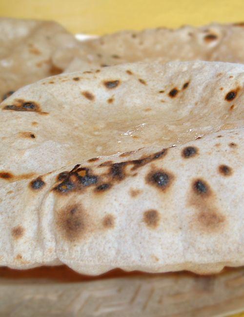 recette chapati pain indien. Recette testée ce soir pour accompagner un dahl. Notée dans mes plats de référence.
