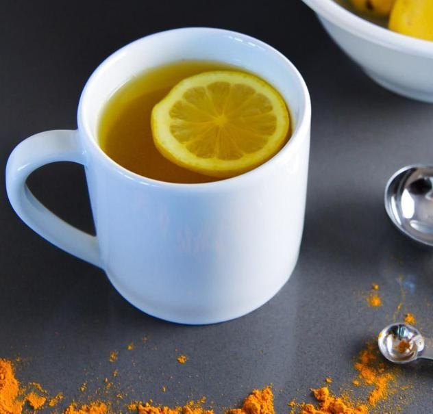 acqua calda limone e curcuma