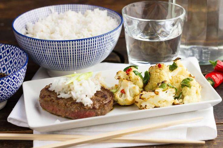 Recept voor japanse beefburgers & fusion bloemkool voor 4 personen. Met zonnebloemolie, zout, suiker, bakpapier, bloemkool, munt, basilicum, vissaus, limoen, rode peper, rijstazijn, rijst en hamburger