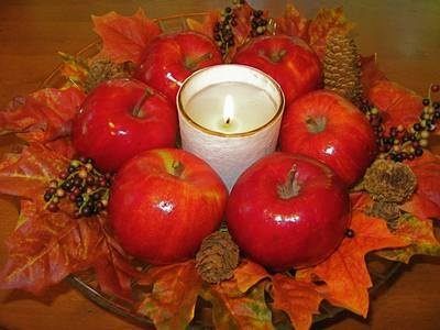 apples, leaves, and candle - beautiful and fresh table centerpieces for a fall wedding