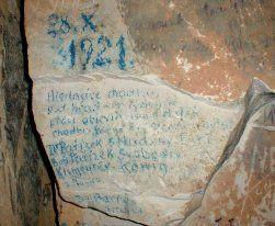 Detail jednoho ze starých nápisů v jeskyni.