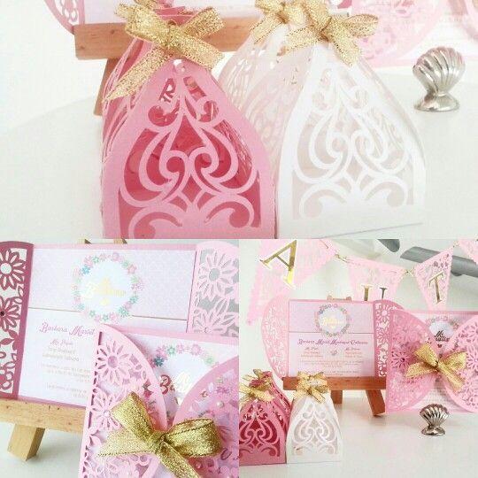 Bella tarjeta de Bautizo. Diseñada y  troquelada en tono rosa, con aplicaciones de perlas y detalles dorados en foil.