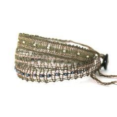 Bracelet trois tours dentelle aux fuseaux kaki