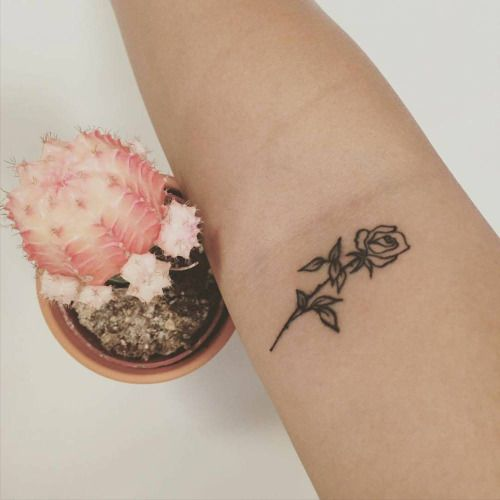 Tatuaje de una rosa en el interior del brazo derecho de...