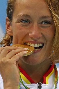 Esta es la razón por la que los atletas olímpicos muerden las medallas en las…