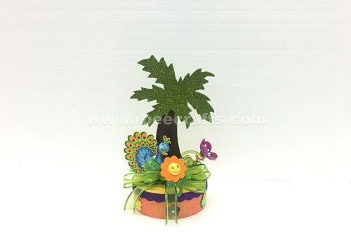 Centro de mesa para tema tropical con palmera de fomi y pavo real para cumpleaños de RBee Crafts.