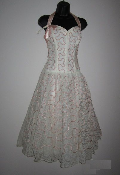 Can't you just see this dress on someone like Grace Kelly?