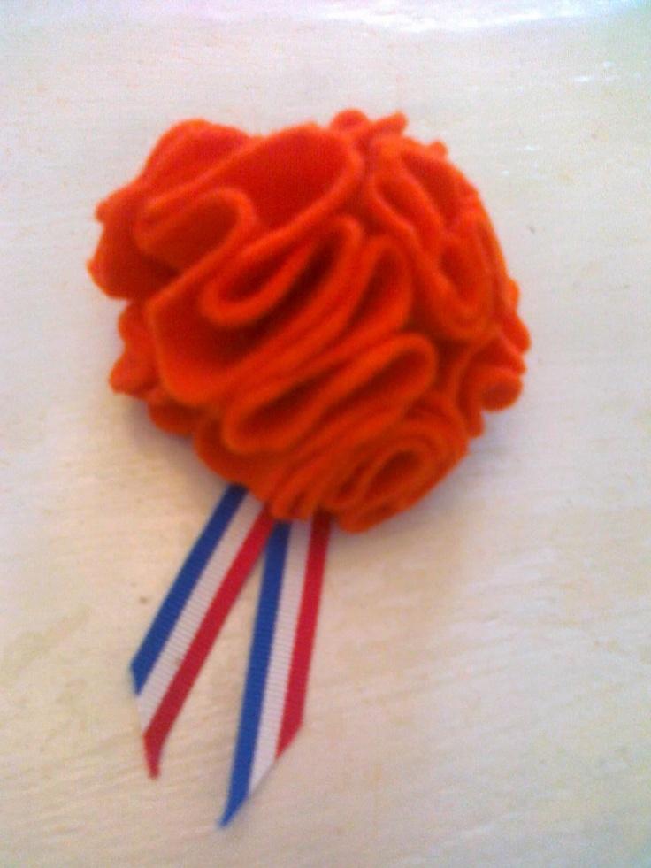Broche voor #Koningsdag gemaakt van oranje vilt, leuk voor de kinderen.