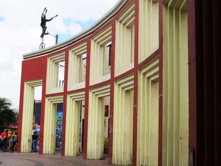 5. La Plaza está enmarcada por un muro curvo que le da a la plaza un ambiente de escenario de circo.