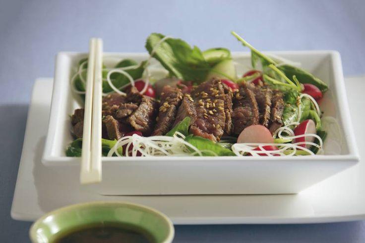 Als je eens goed wilt uitpakken, maak je deze rijkgevulde salade. Leuk om met stokjes te eten - Recept - Japanse biefstukmaaltijdsalade - Allerhande