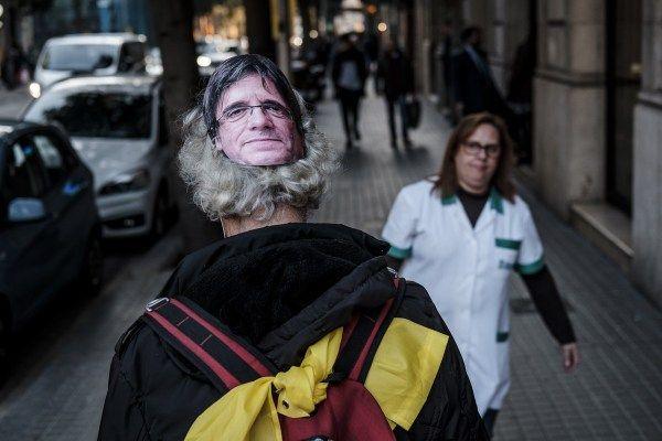 La policia espanyola intenta detenir un humorista que shavia disfressat de Puigdemont